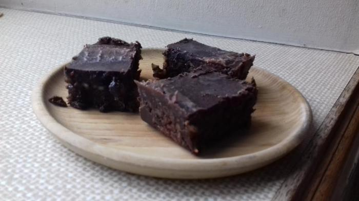 3 pieces of chocolate tiffin on plate